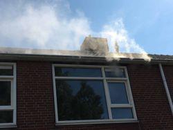Thermografiekeur gebruikt een blowerdoordtest en rookproef om de plaats van luchtlekken aan te tonen.